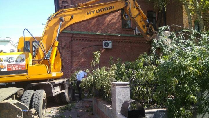 На «стакане» у театра Пушкина снесли деревья и убирают брусчатку