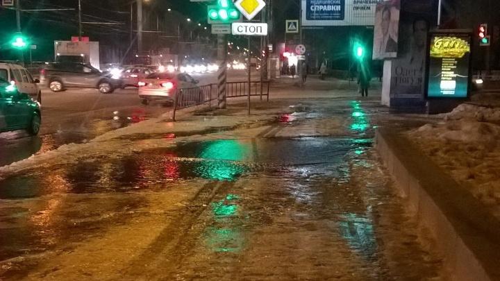 «Скоро будут пробки»: в Волгограде убежавшая из траншеи вода топит Первую Продольную