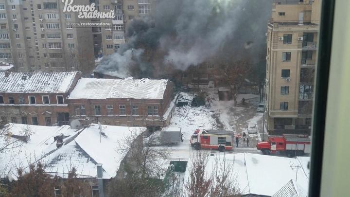 В центре Ростова пылает двухэтажное здание