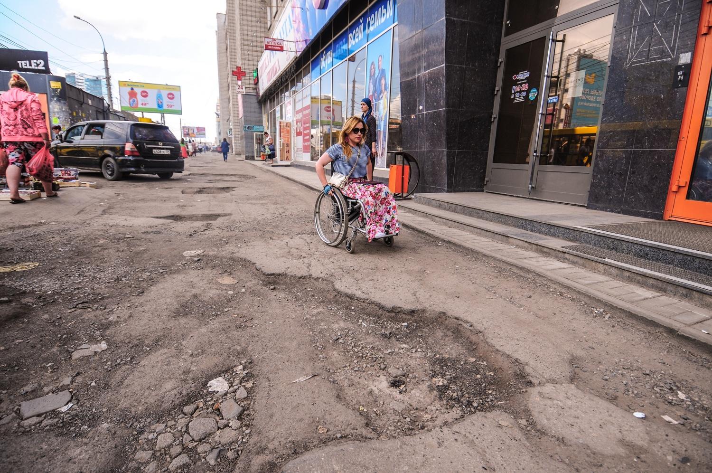 """По такому тротуару, как на фото (остановка «Магазин """"Кристалл""""» на левобережье), будет нелегко пройти даже здоровому человеку<br>"""