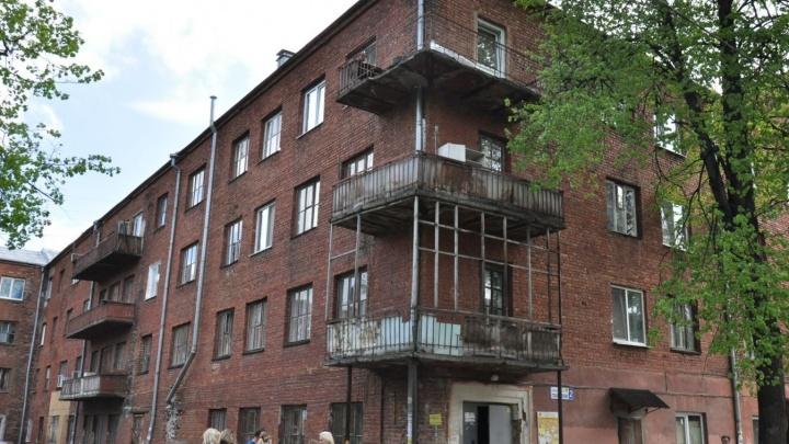 В Екатеринбурге расселили дом на Уралмаше, где полгода назад рухнула стена