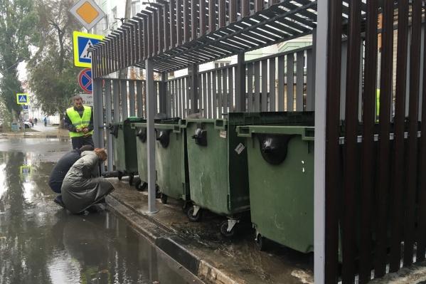 Ограждения и крыша должны помешать мусору разлететься по округе