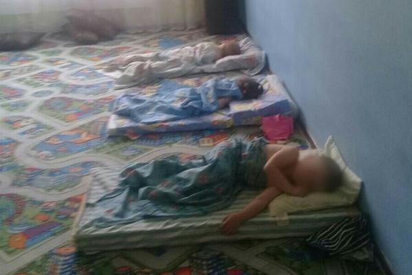 По словам Нелли Довкша, дети спали практически на полу