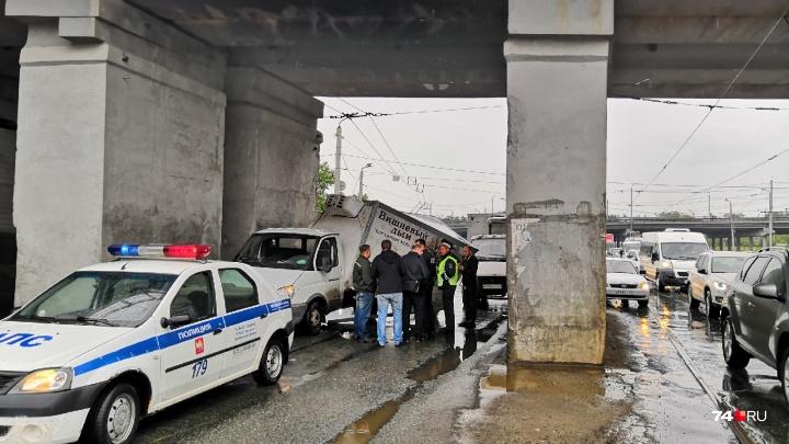 Крыша поехала: «Газель» налетела на опору моста в Ленинском районе и перекрыла дорогу