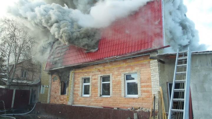 В Цыганском поселке загорелся деревянный коттедж с гробами