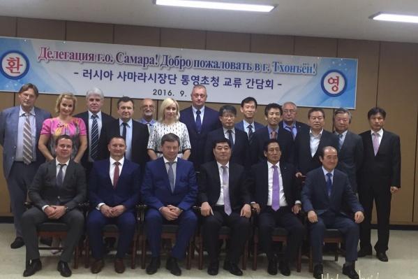 На фото жена экс-мэра Самары Ольга Фурсова стоит в самом центре официальной делегации Самары<br>