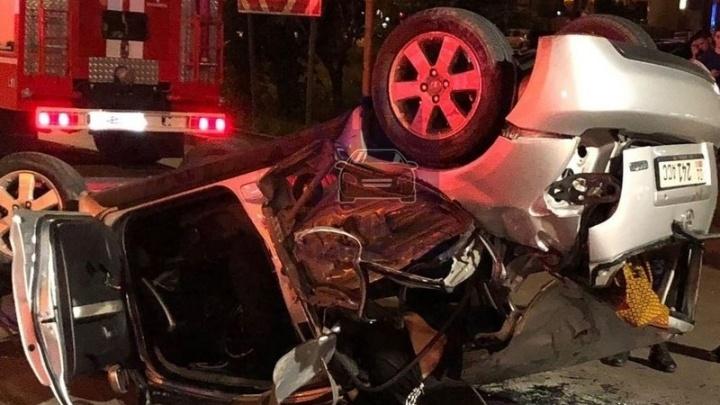 После наезда на бордюр «Тойота» перевернулась и влетела в столб. Водитель пьян, пассажир мертв