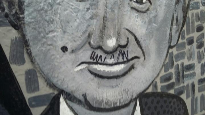 «Берешь салфетку и трёшь»: в Кургане вандалы пририсовали усы портрету Юрия Гальцева