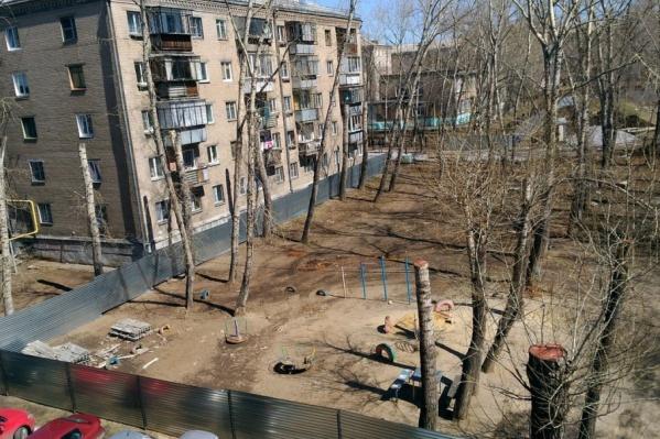 За строительным забором оказались детская площадка и парковка