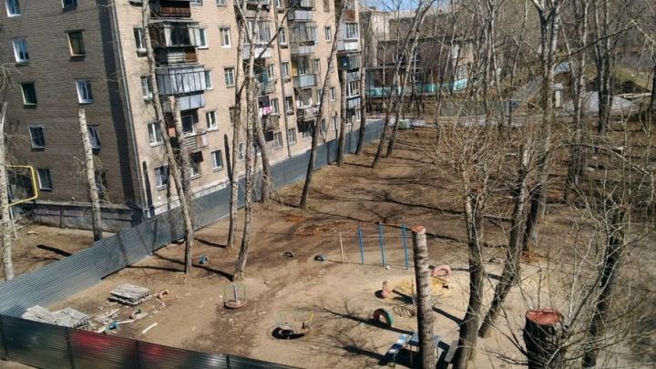 «Остались без парковки и детской площадки»: во дворе на ЧМЗ «воткнут» десятиэтажку