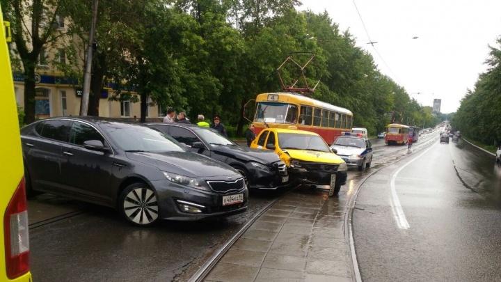 На Гагарина авария парализовала движение трамваев