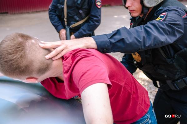 Полицейских задержали с поличным