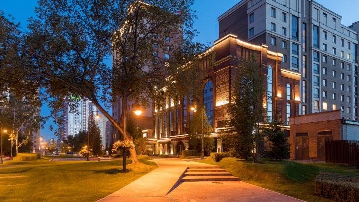 Дом с канарейкой: рядом с метро «Заельцовская» достроили ЖК, во дворе которого есть водоем, скульптуры и мосты