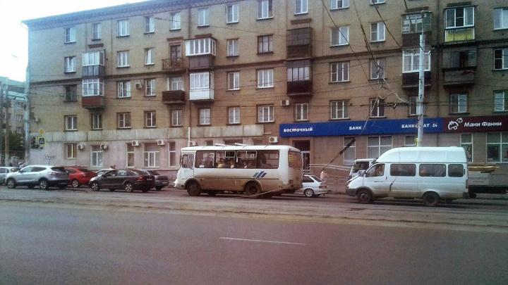 «Это надолго»: в Челябинске эвакуатор оборвал трамвайные провода в вечерний час пик