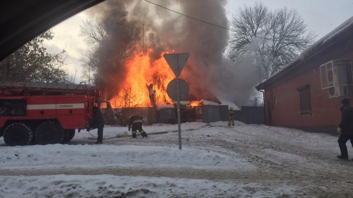 Власти: «Сгоревший дом не имеет к нам никакого отношения». Что теперь делать жильцам