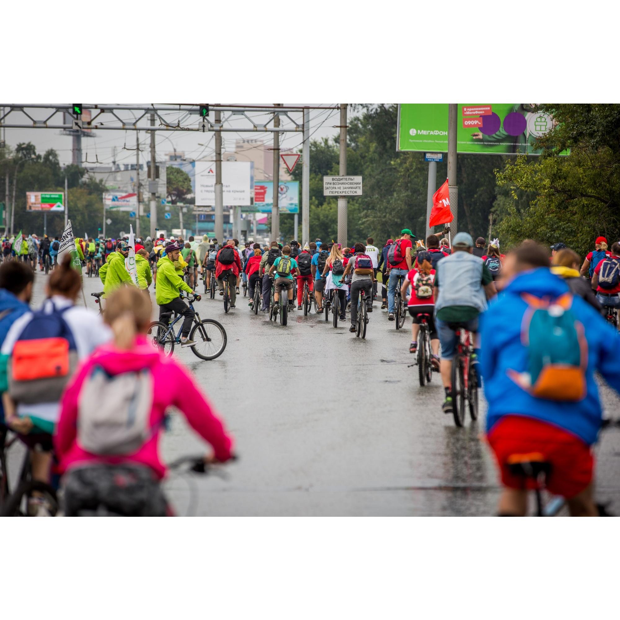 Из-за велопробега на дорогах образовались небольшие пробки