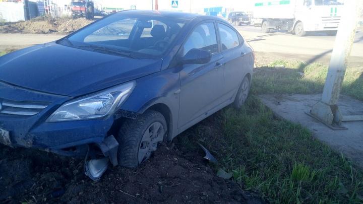 Девушка за рулем иномарки испугалась поворачивающего авто и вылетела с дороги