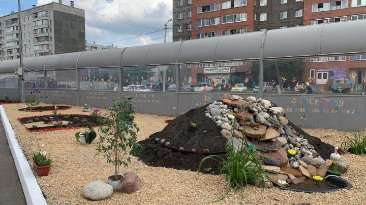 Во дворе детсада на Грунтовой сотрудники своими силами разбили парк с фонтаном и алыми парусами