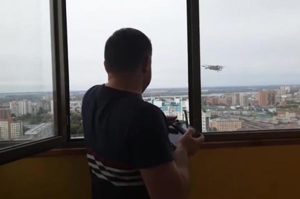 Накануне, 12 сентября, Сергей Бойко с помощью квадрокоптера передал друзьям цифровые носители данных. Одновременно с этим в его квартиру пытались попасть силовики