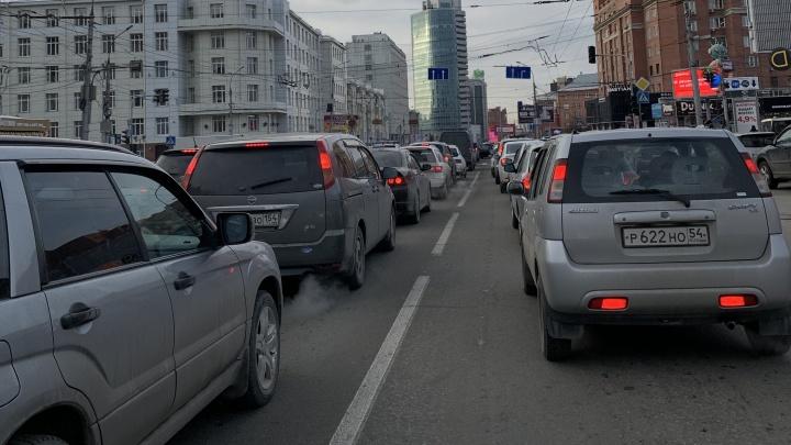 Ищите другую дорогу: сломанный светофор собрал длинную пробку на перекрёстке с проспектом Димитрова