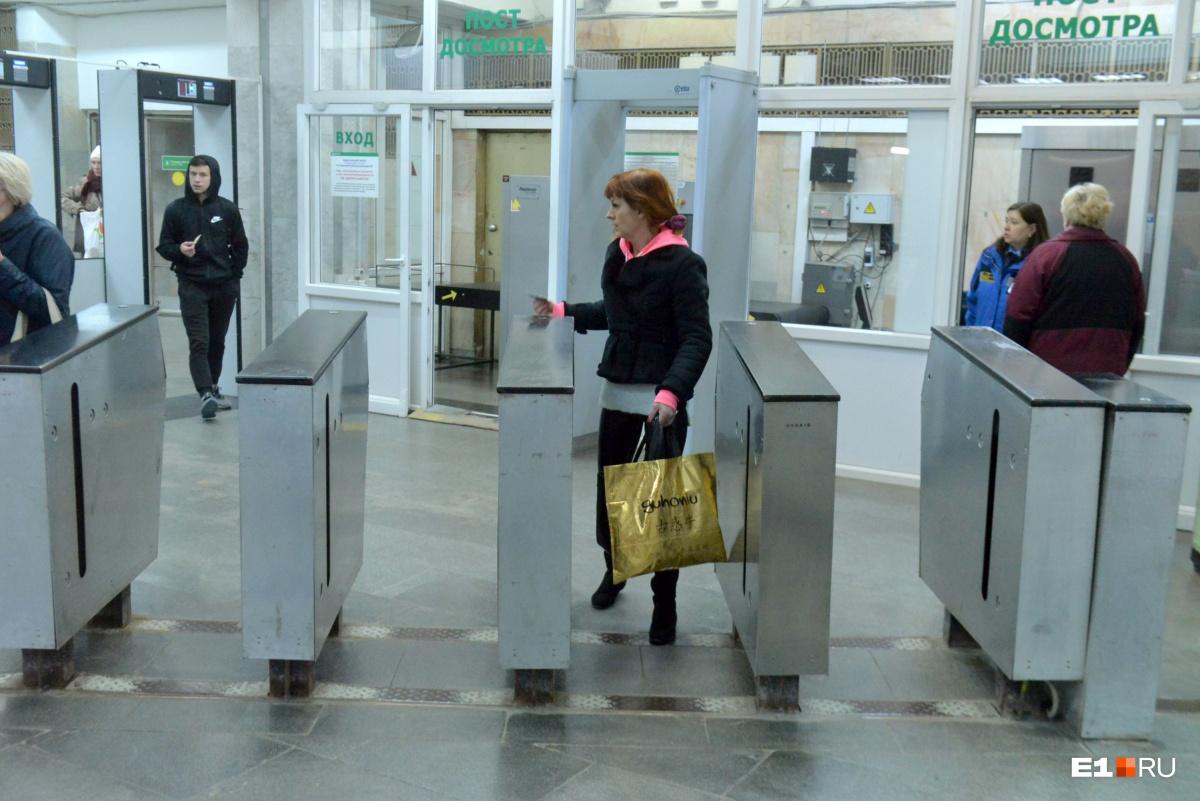 В мэрии дали понять, что валидаторы в метро оказались неспособны считывать с карт поездки по разным тарифам (наземный транспорт — 28 рублей, метро — 32)