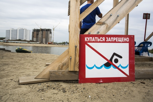Купаться в котловане не разрешается, но жители не обращают внимания на запрет и продолжают здесь плавать