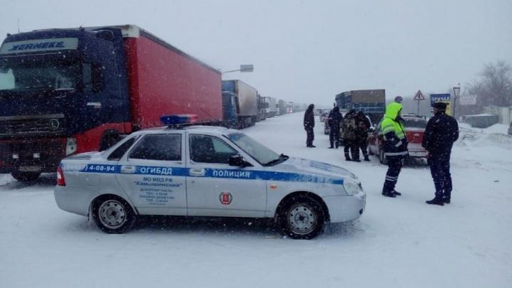 «Федеральная автодорога открыта»: в Волгоградской области из-за метели перекрыты четыре трассы