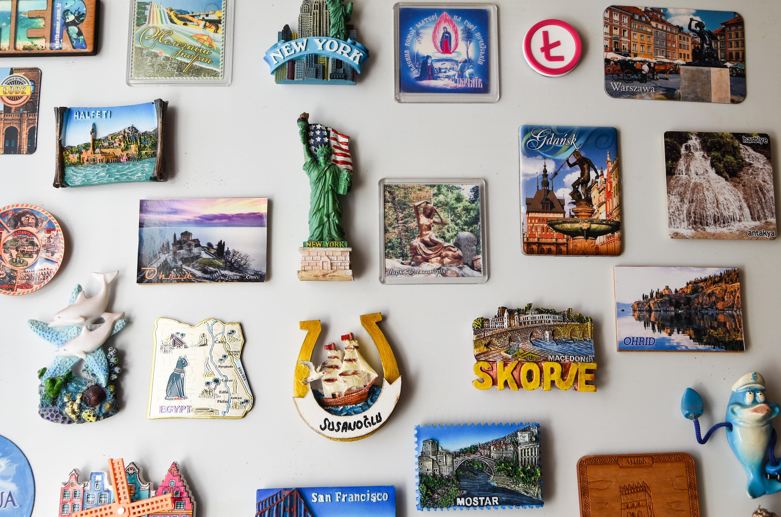 Если у вас есть однотипные сувениры — из них можно сделать мини-выставки и менять экспозицию раз в месяц