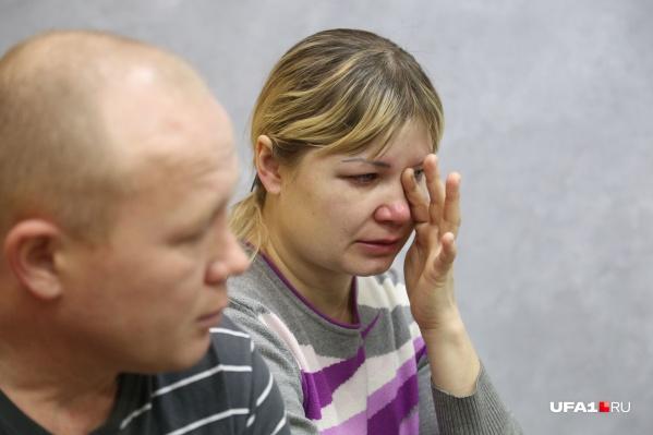 Во время разговора мама Артёма не может сдержать слез