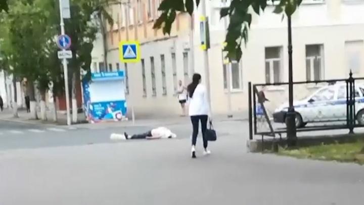 В Самаре прямо на проезжей части умер мужчина
