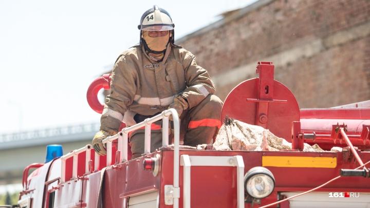 Ростовские пожарные потренировались тушить огонь и спасать людей