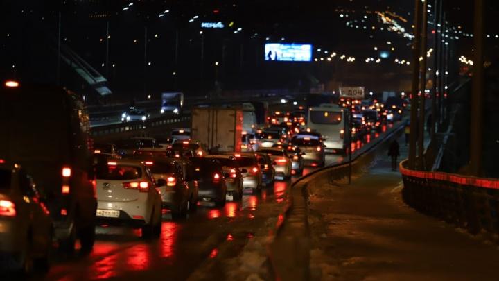 Девять машин столкнулись на Ворошиловском мосту