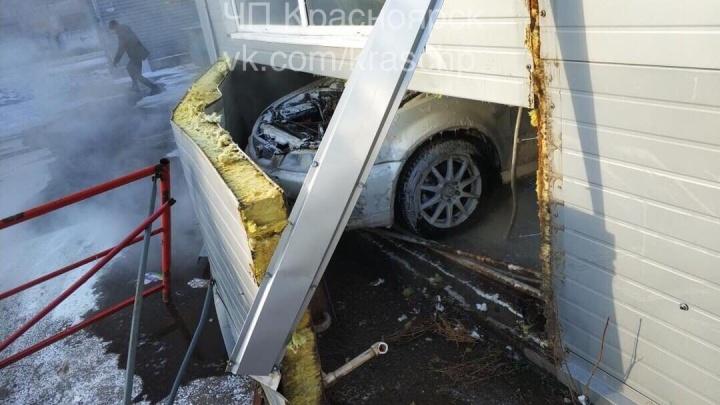 «Восстание машин»: на мойке по Семафорной завелась «Хонда» и пробила стену на улицу