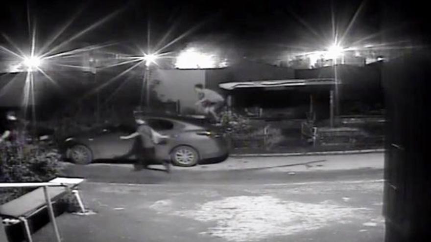«Ноги бы им переломать»: самарцы возмущены ночными скачками подростков по машинам