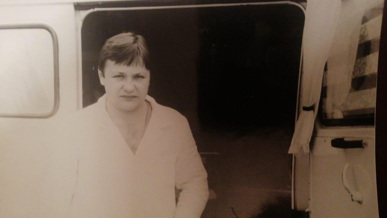 80-е годы. Михаил начинал работу на скорой фельдшером, когда оканчивал мединститут. Фото у первого реанимобиля на базе уазика, оборудованного финнами