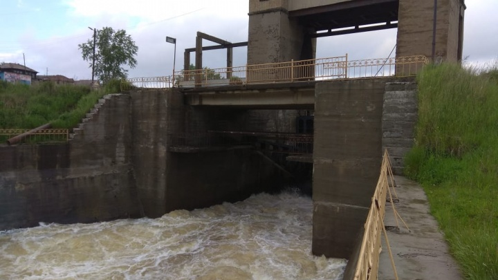 В Челябинской области спасли женщину, прыгнувшую в воду с плотины