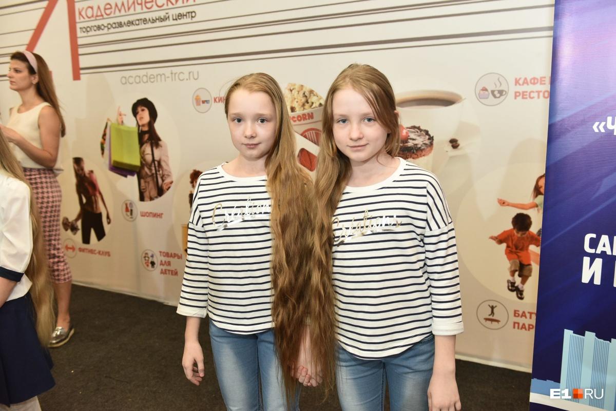 У этих девчонок даже волосы одинаковой длины!