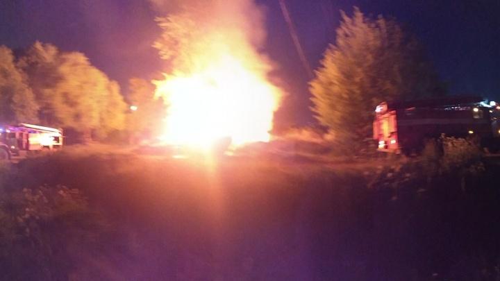 Разгорелось огромное пламя: в Ярославле возле жилого дома подожгли кучу мусора