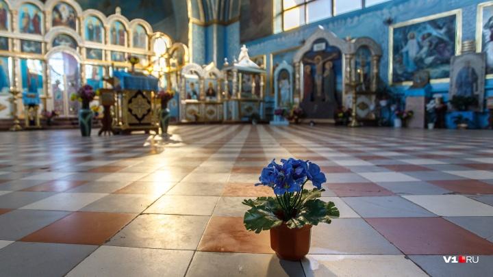 «Думают, что масло течет рекой»: в храме под Волгоградом замироточила напольная плитка