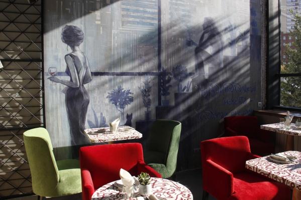 Композиция на стене изображает два состояния клиентов заведения, по замыслу его создателей