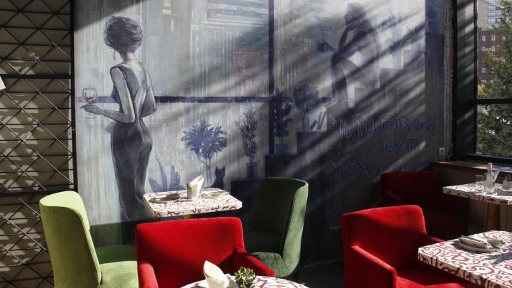 В новом небоскрёбе у Ипподромки открылось кафе с вертикальным газоном и потайным баром
