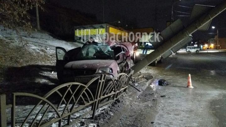 Ночью Брянскую перекрывали инспекторы и пожарные: водитель влетел в столб