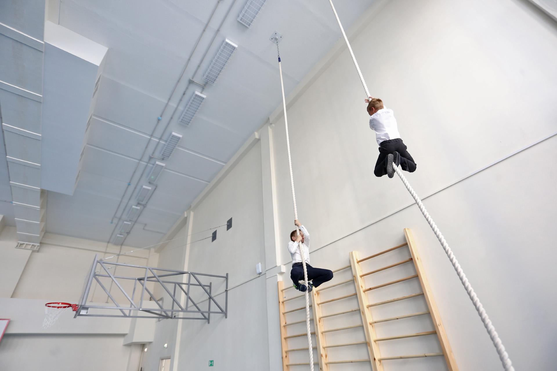Для юных спортивных гимнастов лазанья по канату — привычное дело