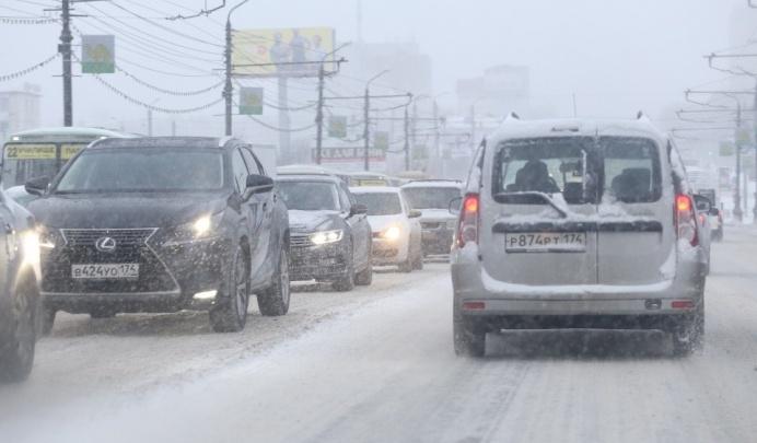 За выходные при уборке снега в челябинских дворах повредили семь машин