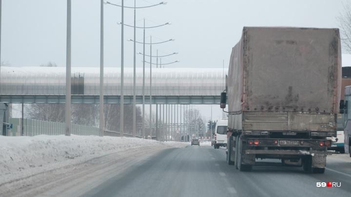Движение грузовиков по прикамским трассам ограничили из-за снегопада до понедельника
