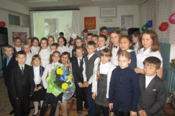Сталинара Шляхова (в первом ряду с цветами) в этом году снова взяла пятый класс