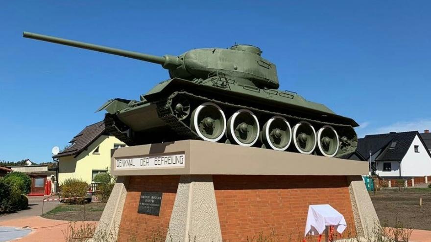 «Своих не бросаем»: в Германии волгоградцы отреставрировали памятник Т-34