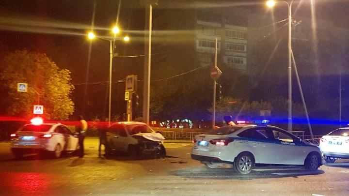 Toyotaснесла дорожный указатель и дерево: водитель такси пострадал в утреннем ДТП у Дома Печати