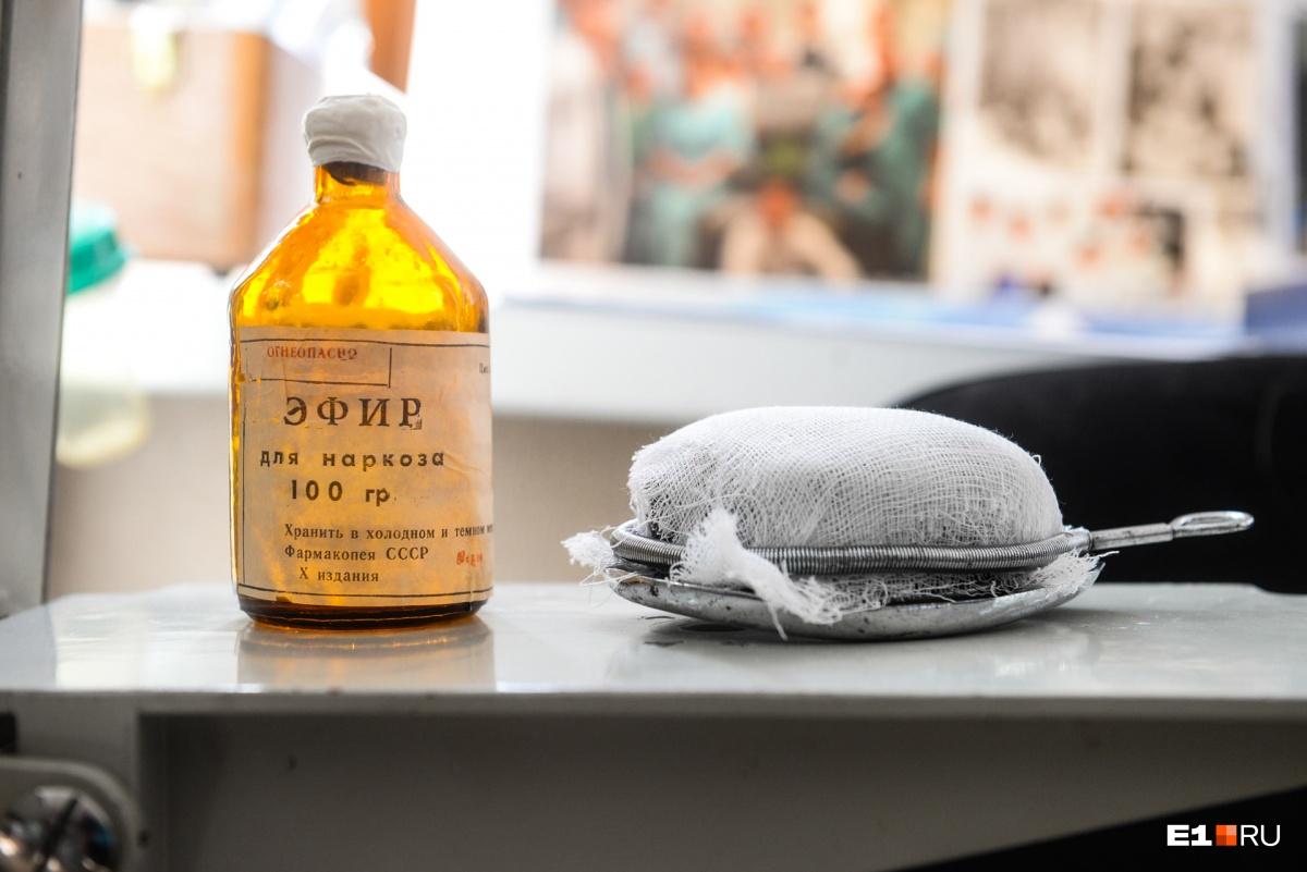 Маска Эсмарха — наркоз позапрошлого столетия. Была передана в музей нынешним заведующим реанимационно-анестезиологическим отделением Александром Левитом. Такие использовали вплоть до 1970-х годов. Например, врач из Салехарда рассказывал, что ему в 1973 году вырезали аппендицит и анестезию проводили с помощью маски Эсмарха