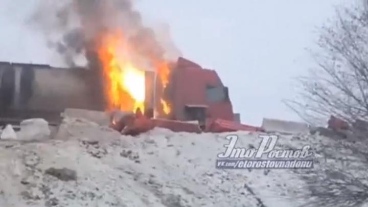 В Ростовской области неподалеку от Батайска загорелась фура